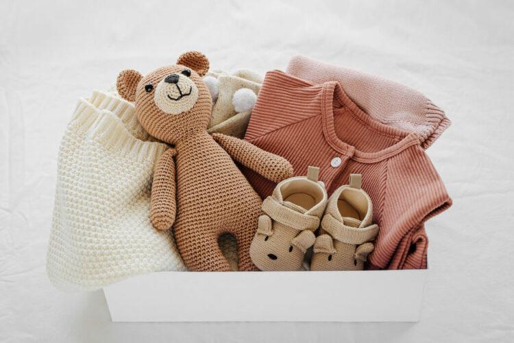 Box voller Geschenke für die Babyparty